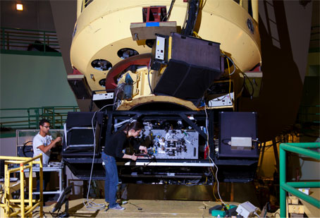 Installation of FIRST at the Cassegrain focus of the 3m Shane telescope. F. Marchis (SETI Institute) on the left, E. Huby (LESIA – Paris Observatory) on the right